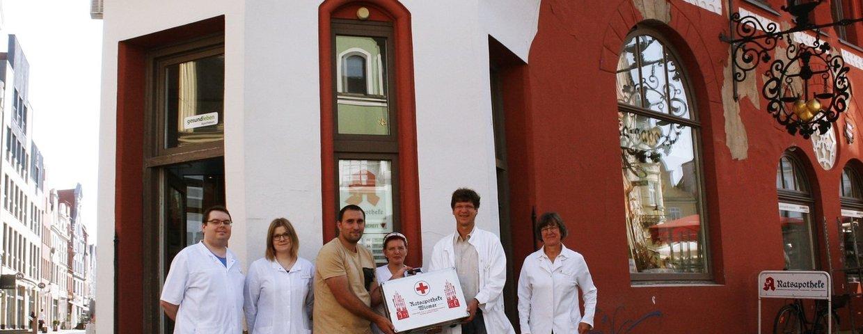Ratsapotheke WIsmar übergibt Sanitätskoffer an unsere SGD !